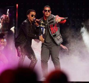 Daddy Yankee y Ozuna durante una actuación