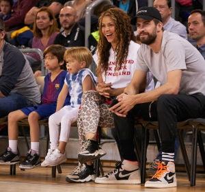 Shakira y Piqué, con sus hijos en un partido de baloncesto