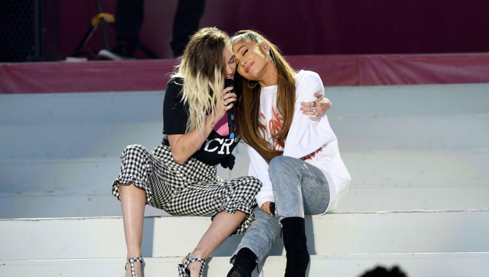 Miley Cyrus y Ariana Grande durante el concierto 'One Love Manchester'