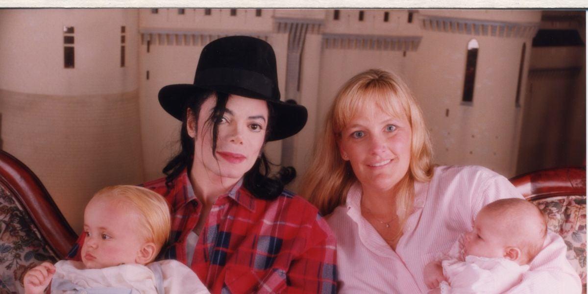 Michael Jackson y Debbie Rowe con sus hijos Prince y Paris