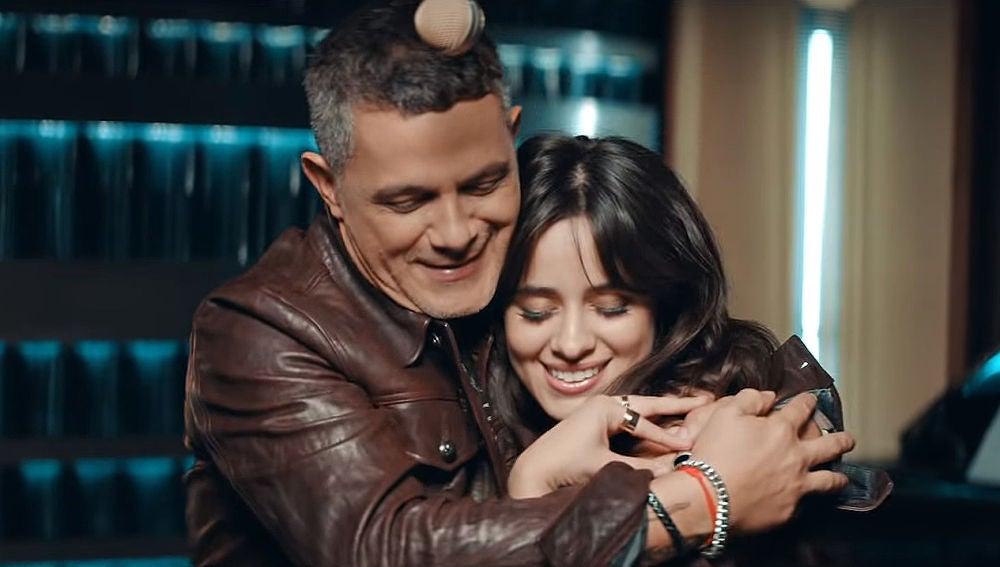 Alejandro Sanz y Camila Cabello en el vídeo de 'Mi Persona Favorita'