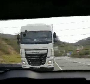 """El pánico de una familia con varios niños mientras sufría el acoso de un camión en carretera: """"Se me sale el corazón"""""""