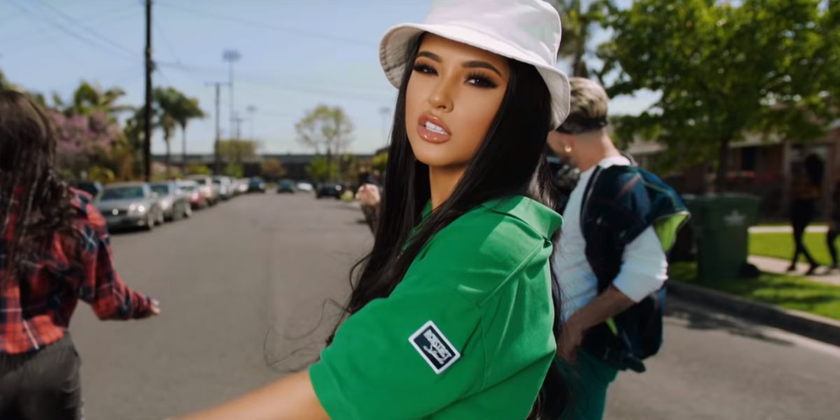 Becky G en el videoclip de 'Green Light Go'