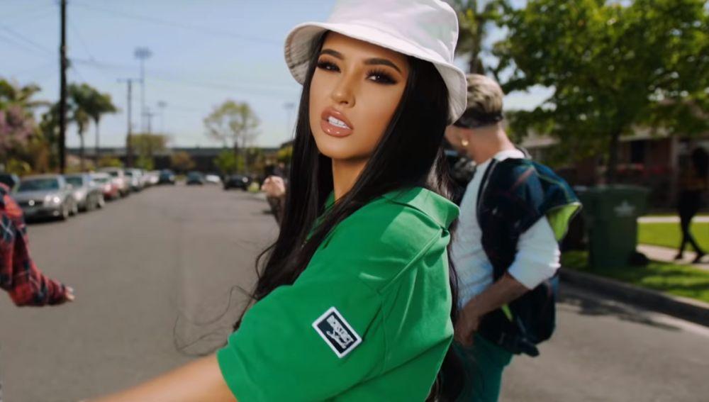 Becky G en el videoclip de 'Green Light Go'