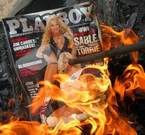 Una portada de la revista Playboy ardiendo
