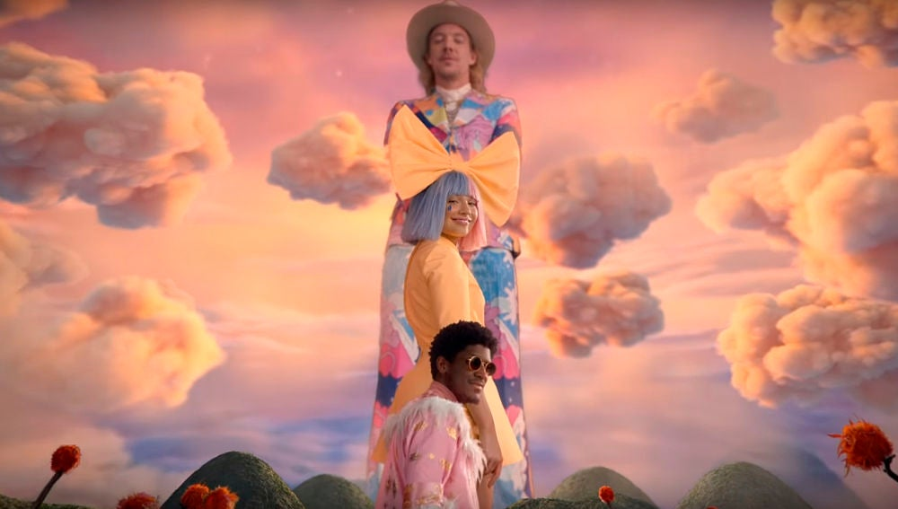 Diplo, Maddie Ziegler y Labrinth en el vídeo de 'No New Friends'