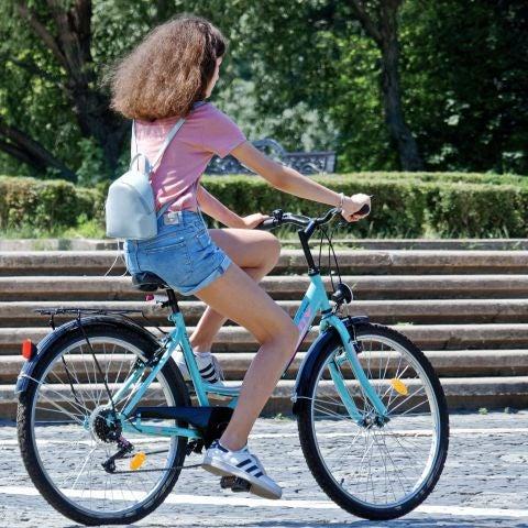 Una chica montando en bicicleta