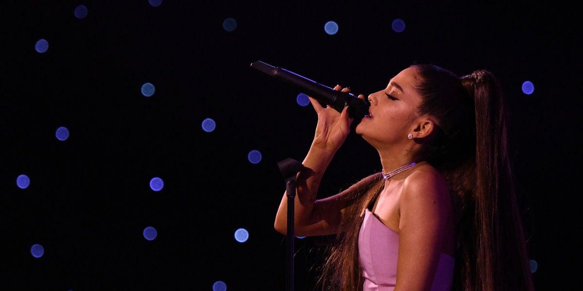 Ariana Grande actuando en los Billboard Music Awards