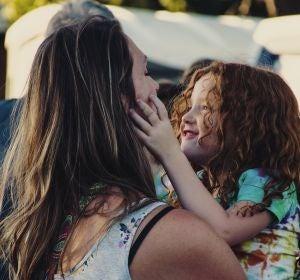 Una madre con su hija en brazos