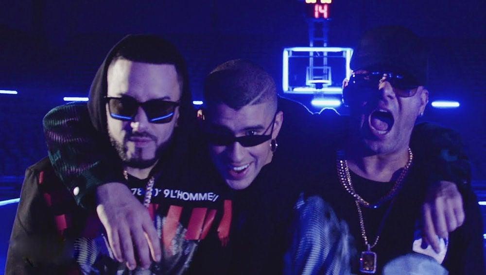 Wisin, Yandel y Bad Bunny en el vídeo de 'Dame Algo'