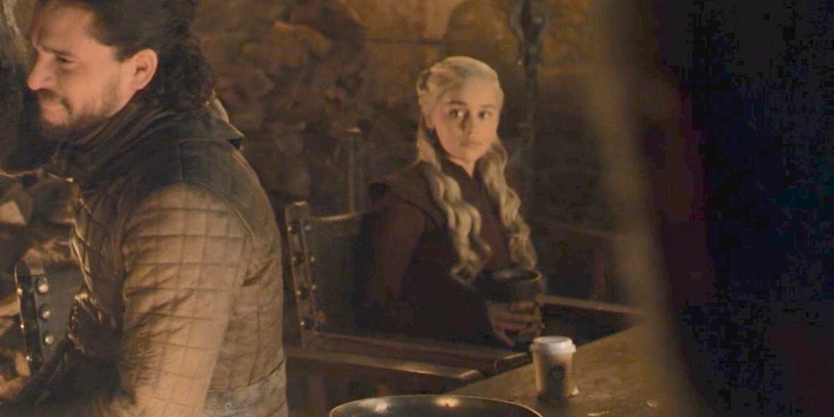 La escena en la que se puede observar un café de la compañía Starbucks.