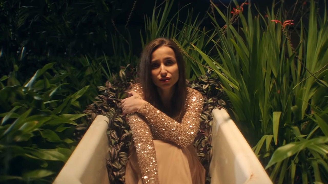 Zahara Sale De 'El Fango' En Su Nuevo Videoclip