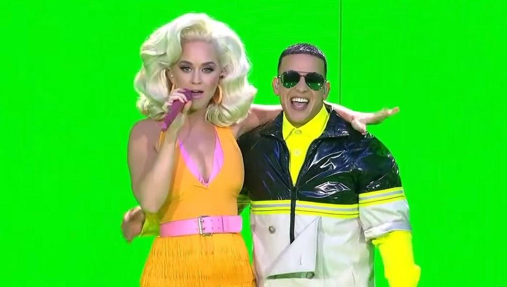 Katy Perry y Daddy Yankee interpretando su éxito 'Con Calma'