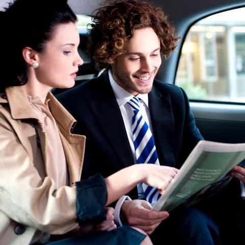 Una pareja dentro de un taxi
