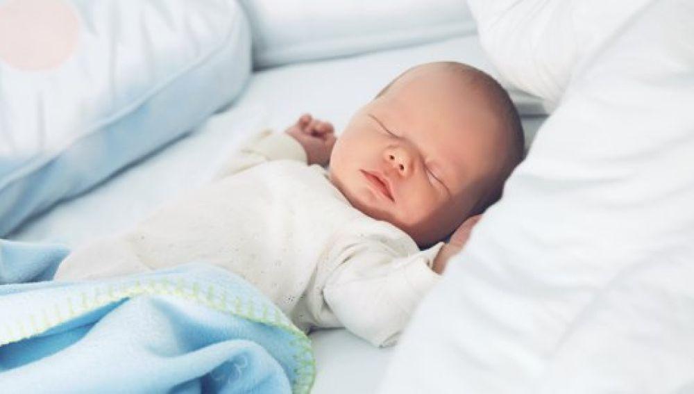 Un bebé duerme boca arriba