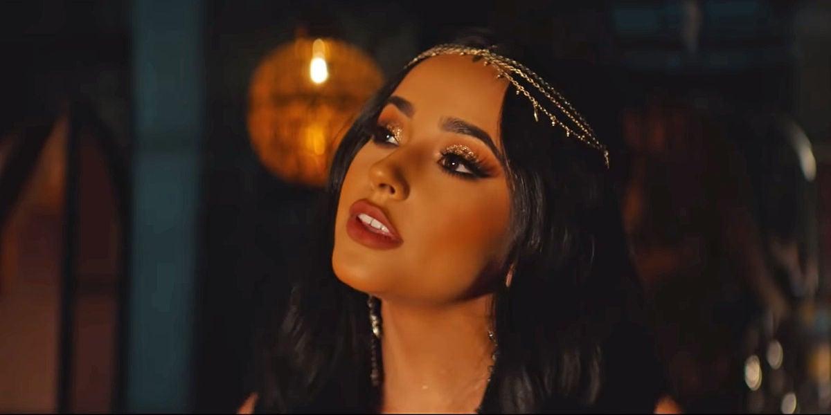 Becky en el vídeo de 'Un mundo ideal'