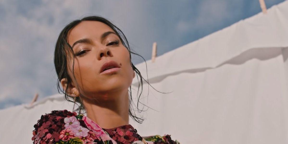 Inna en el videoclip de 'Fuego'