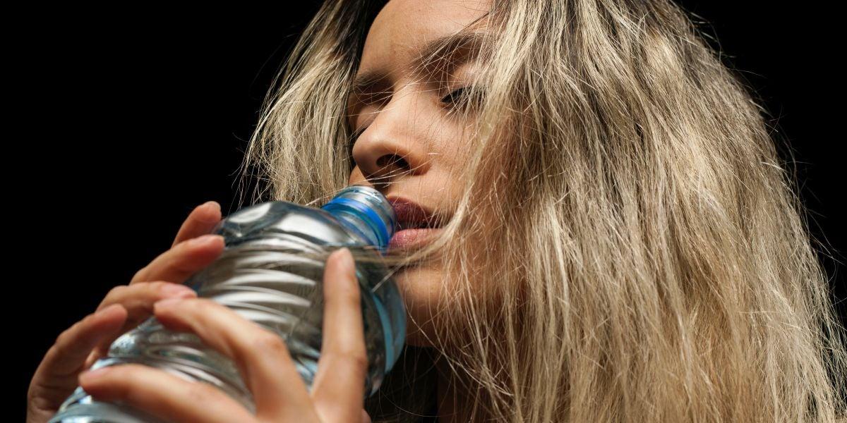 Beber agua de una botella