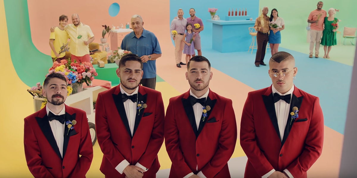 Bad Bunny y Los Rivera Destino en el vídeo de 'Flor'