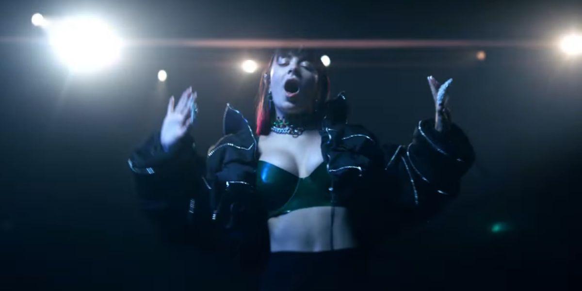 Charli XCX en el videoclip de 'Blame It On Your Love'
