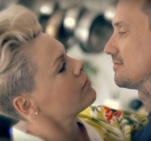 Pink en el vídeo de '90 days'