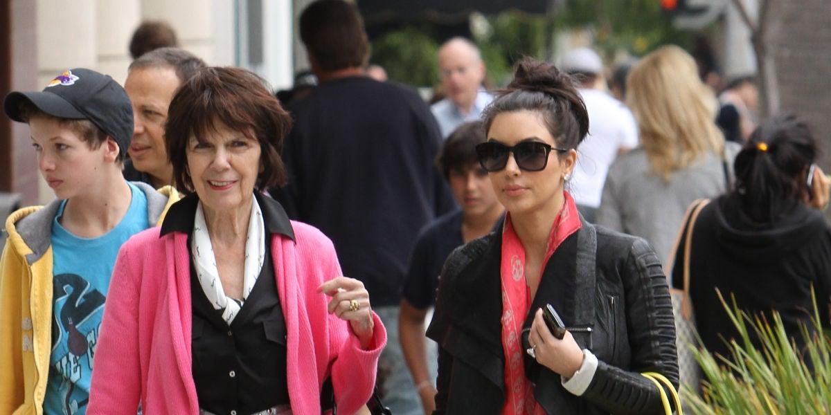 Kim Kardashian junto a su abuela MJ