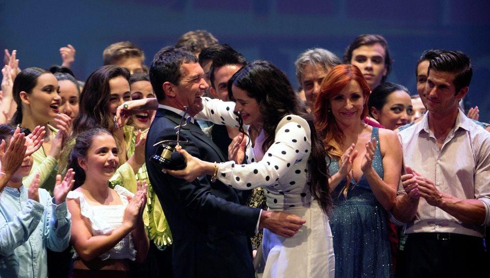 Antonio Banderas entregándole el premio de las Artes Escénicas a Rosalía