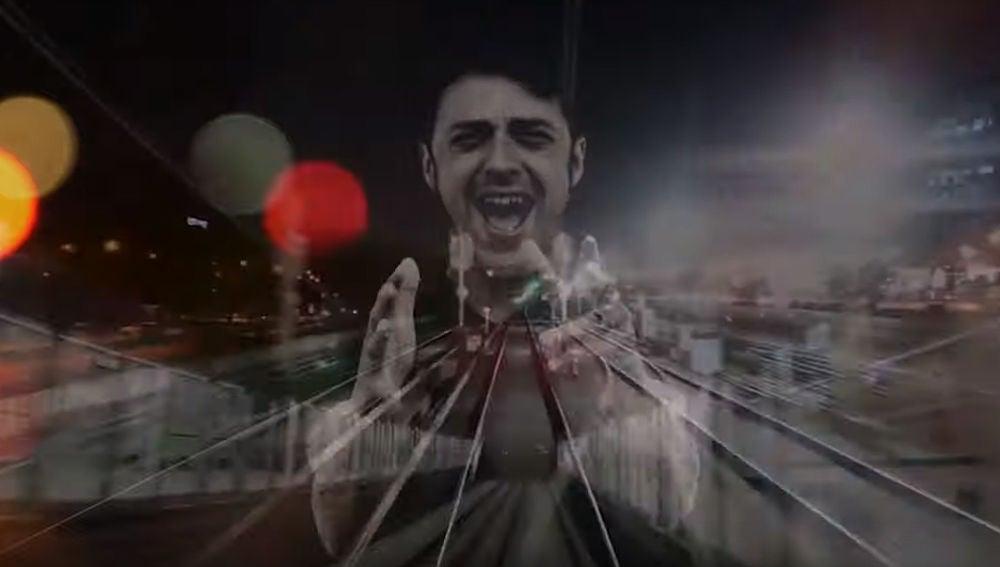Shinova en el videoclip de 'En el otro extremo'