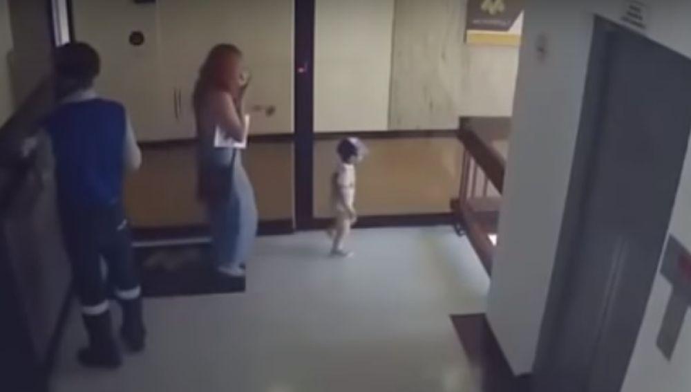 El impactante vídeo de una mujer que salva a su hijo de caer al vacío