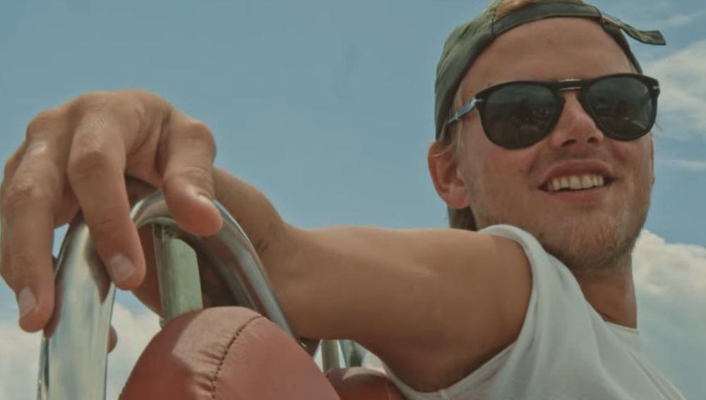 Imagen de Avicii en el videoclip de 'Heaven'