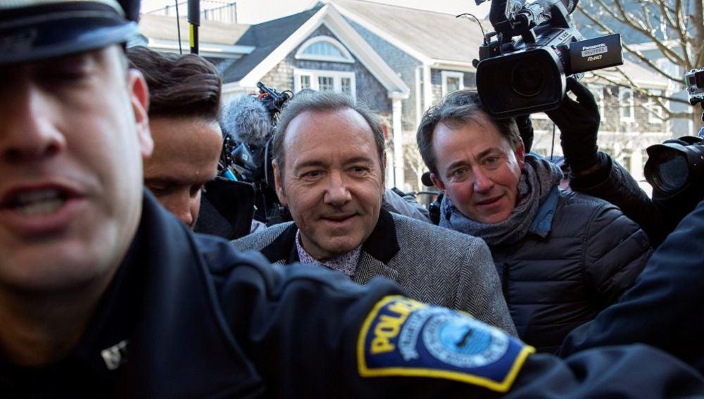 Kevin Spacey escoltado por la policía
