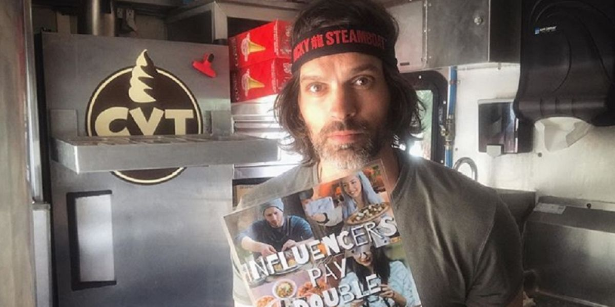 "Joe Nicchi enseñando el cartel de ""los 'influencers' pagan el doble"""