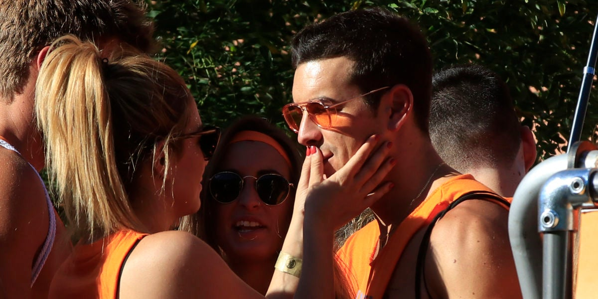 Mario Casas y Blanca Suárez se comen a besos en el Orgullo de Madrid