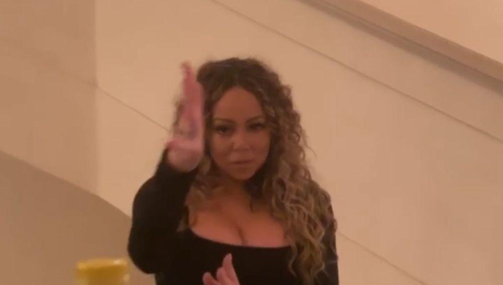 Mariah Carey abre una botella con su voz