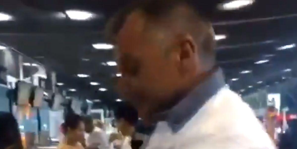 El vídeo de un hombre que se viste con 8 kilos de ropa en un avión