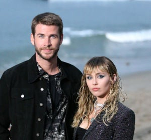 Liam Hermsworth y Miley Cyrus en el SaintLaurent fashion show en Malibu