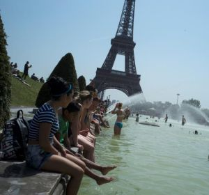 Ciudadanos franceses combaten el calor frente a la Torre Eiffel