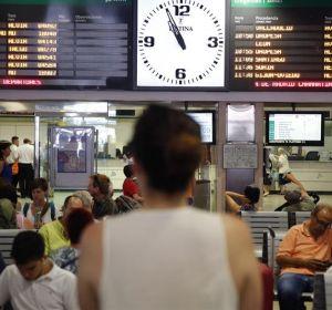 Una mujer mira los paneles de Renfe en la Estación de Chamartín (Madrid)