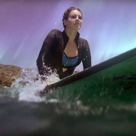 Lana del Rey haciendo surf en el vídeo de 'Fuck It I Love You & The Greatest'