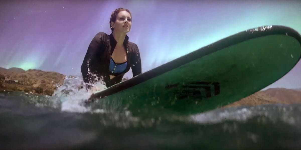 Lana del Rey haciendo surf en el vídeo de 'Fuck It I Love You & The Greatest'