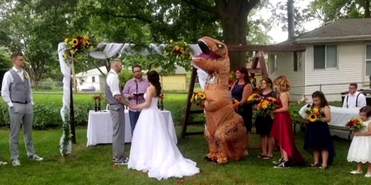 Una dama de honor se presenta en la boda de su hermana vestida de dinosaurio