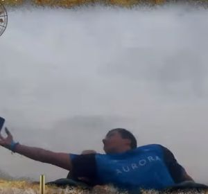 El momento en el que el hombre coge el móvil