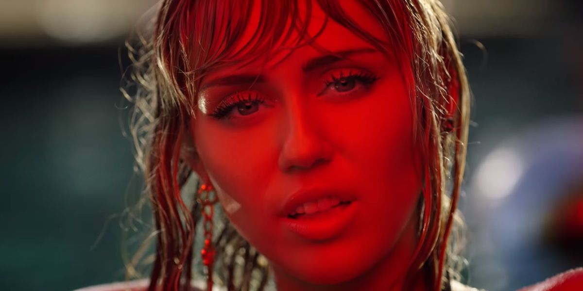 Miley Cyrus en el videoclip de 'Slide Away'