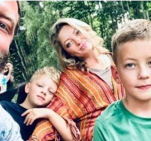 El pequeño Wiley (a la derecha) junto a sus padres y su hermano Oliver.