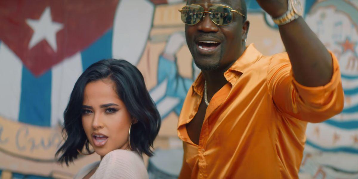 Akon y Becky G en el videoclip de 'Como no'