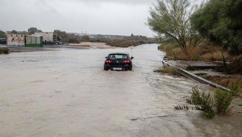 Un coche es arrastrado por una tromba de agua | Gota fría