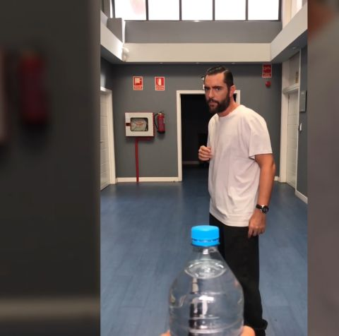 Dani Mateo se la juega al Bottle Cup Challenge