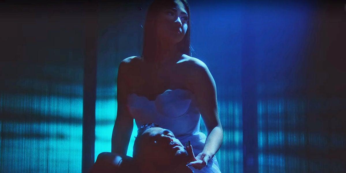 Paloma Mami y C. Tangana en el vídeo de 'No te debí besar'
