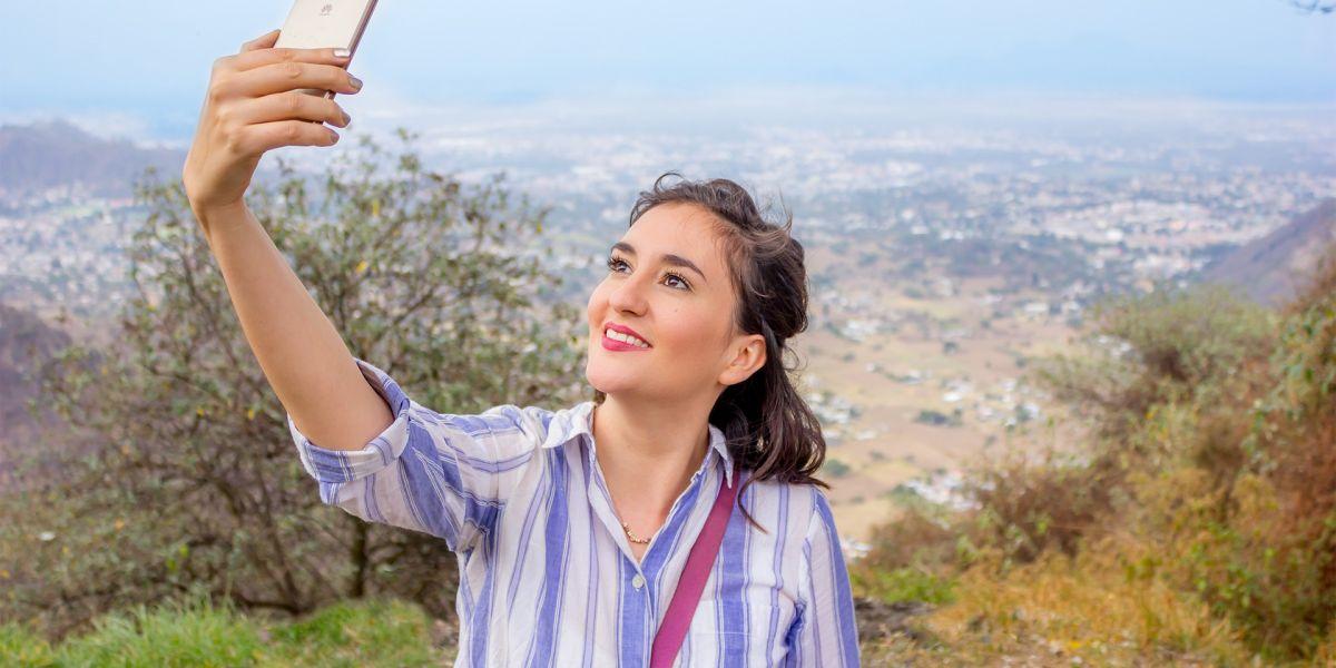 Mujer sacando un selfie