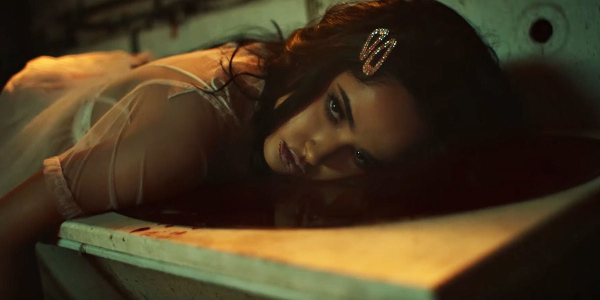 Becky G en el vídeo de 'Secrets'